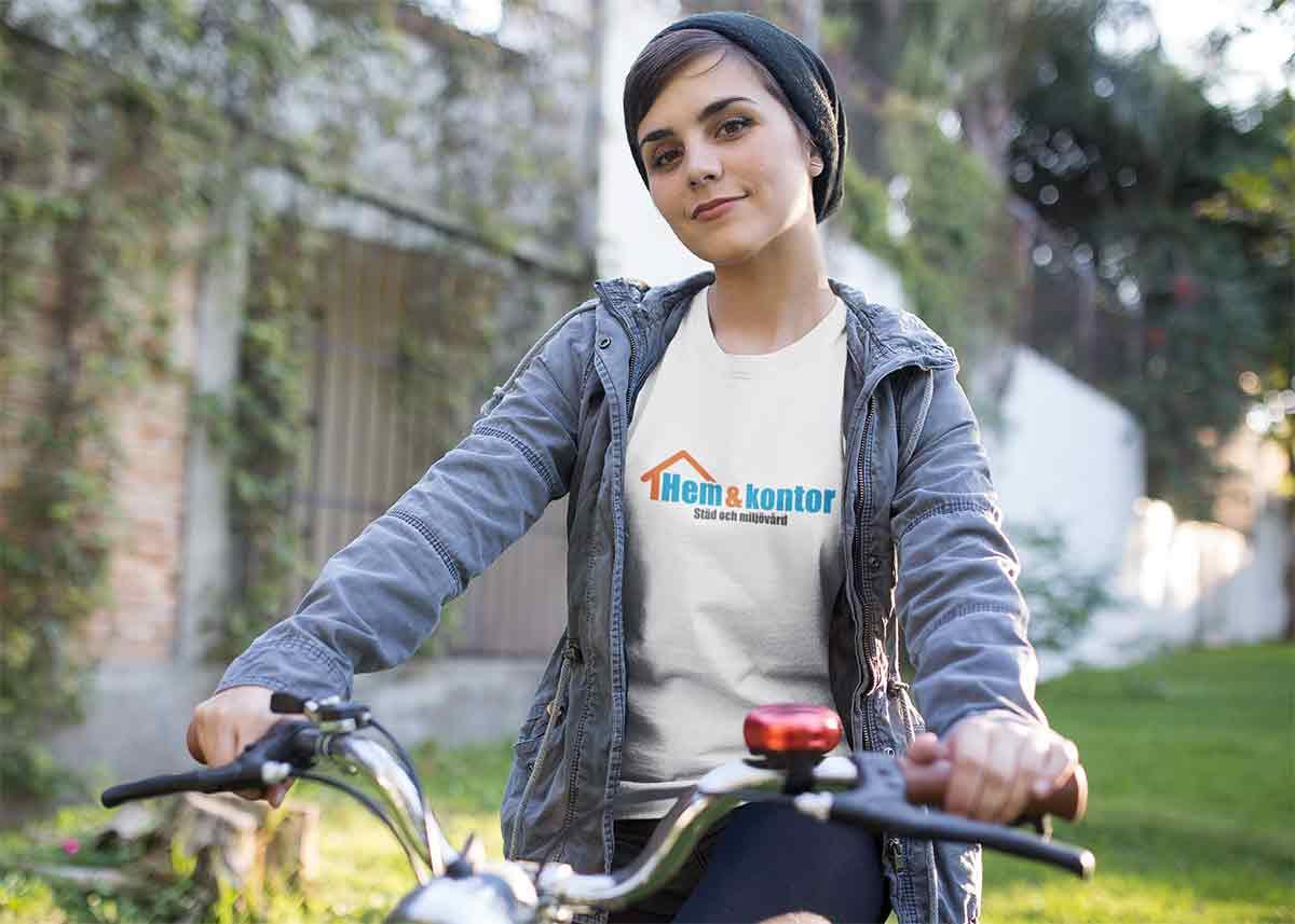 Linda cyklar gärna mellan sina städuppdrag. Hon tycker att det är viktigt att försöka undvika fossila bränslen om man ska vara en miljövänlig städfirma.