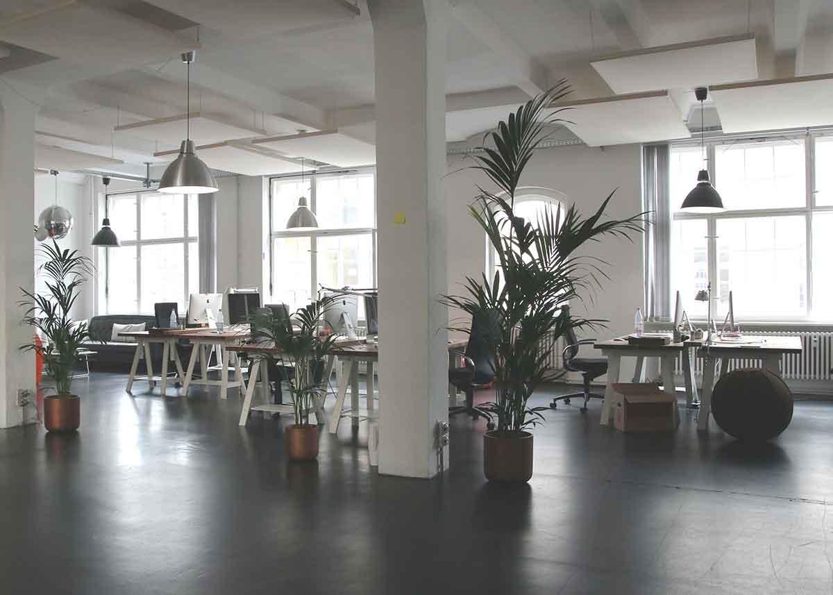 Nystädat kontor och trivsam arbetsmiljö, få offert på kontorsstädning.