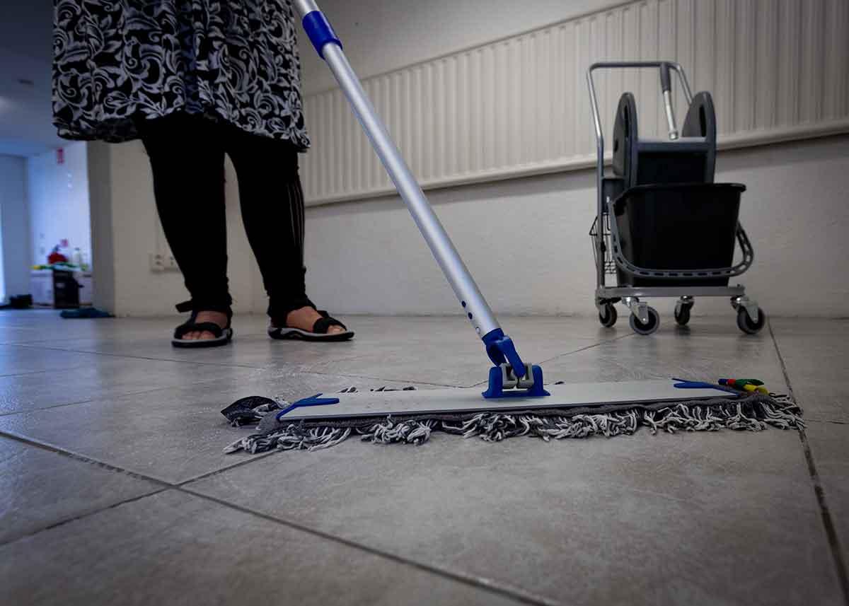 Lokalvårdare moppar golv. Hem och kontor AB är städbolaget i Växjö och Alvesta.